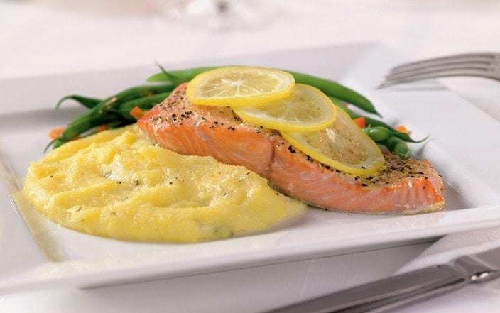 salmão grelhado com pure