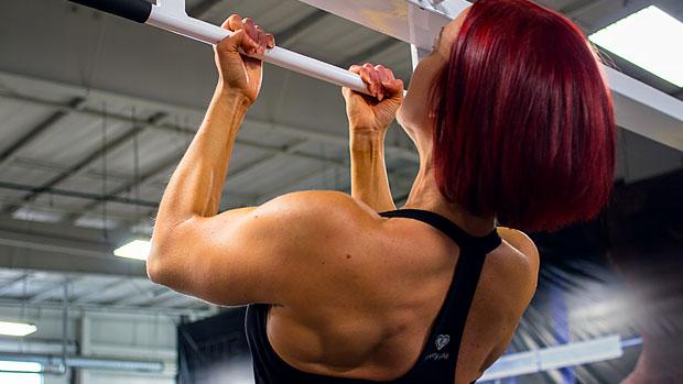 Puxada supinada pegada fechada barra fixa supinada no treino de costas