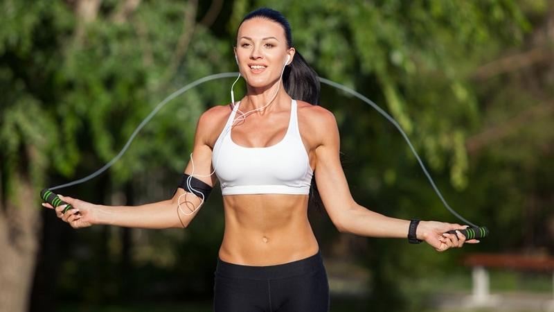 Pular corda emagrece Confira algumas dicas e benefícios